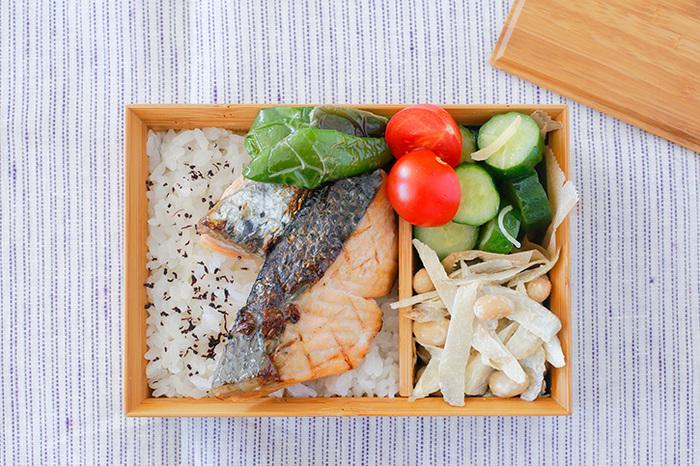 焼き鮭というと、塩のシンプルな味付けが定番ですが、ほんのり隠し味を。昆布茶をみりん、お酒で溶いて、味をしみこませてから焼くと、上品な味わいに。カンタンで、ぜひ試してみたいレシピです。