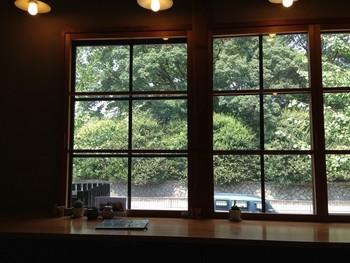 2階席のカウンターからは京都御所の緑が眺められます。なんとも贅沢!  1階にもカウンターとテーブルがあり、お一人様もゆったりと心地よい時間を過ごせそう。