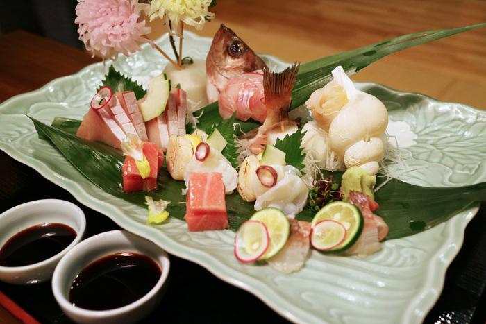 創業明治29年、加賀の味を堪能できる料理自慢の宿。旬のものを旬に食するという料理長の信念のもと、用意された旬の食材の中から1品選ぶ「立場料理」を題材にした会席がいただけます。