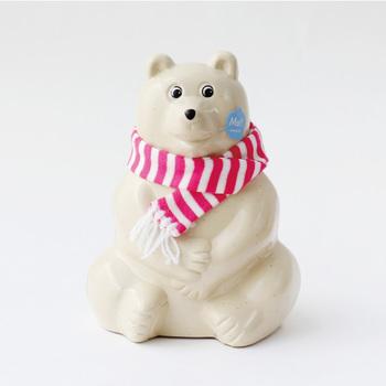"""北欧雑貨好きの方にはおなじみの、フィンランド製シロクマの貯金箱。フィンランドのNordea銀行でノベルティとして使用されていたデザインを復刻して作られました。こちらは、毎年数量限定で作られる、マフラー付きバージョン。2018年バージョンは""""ピンク×ホワイト""""のボーダーです。"""