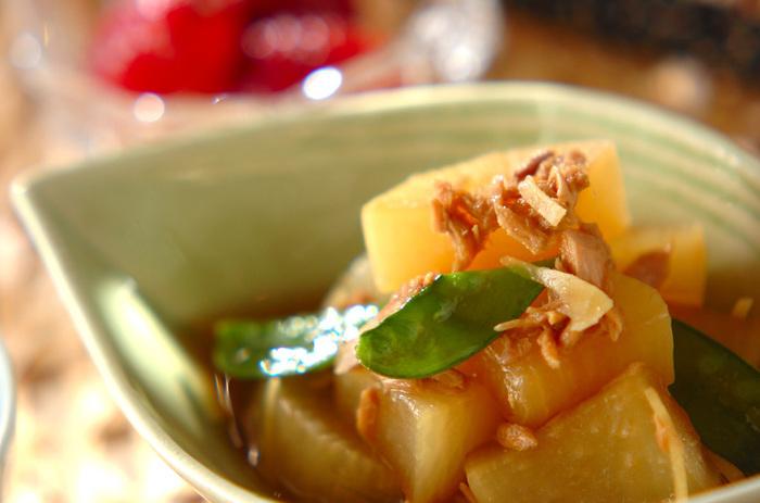 ツナ缶を入れた大根の煮物は、ツナの油でコクのある味わいです。普段の大根の煮物に飽きた時にはぜひ試してみて。絹さやを最後に入れて彩りを添えましょう。
