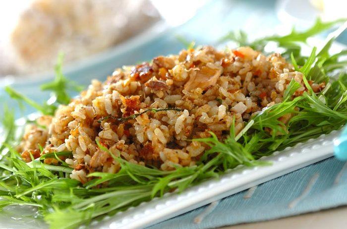 こちらは鯖缶を使ったチャーハン。レンコンや水菜などの野菜のいろいろな食感も楽しめます。味が付いた鯖缶を使うので、調味も楽チン♪バターでご飯を炒めるのが、おいしさのポイントです。