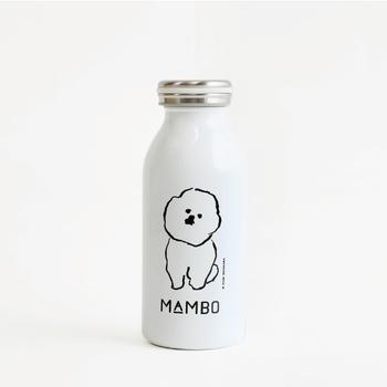 """小首をかしげてこちらをきょとんと見つめるつぶらな瞳。こちらは、イラストレーターの塩川いづみさんが描く、ビション・フリーゼという犬がモチーフになった、""""MAMBO""""シリーズのステンレスボトル。手に取るたびについつい目を合わせてしまいます。"""