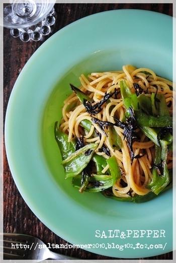 こちらはひじきを使ったパスタのレシピです。味噌や梅干しを使った和風な味付けになっています。万願寺とうがらしを使っていますが、なければお好みの野菜で作ってみても◎