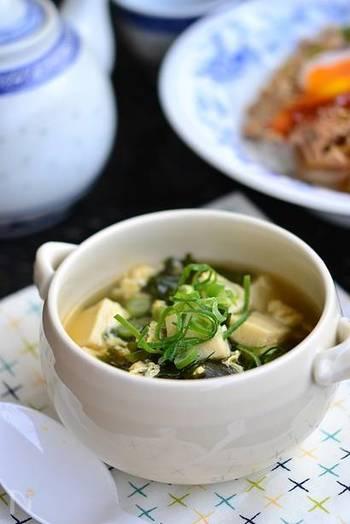 中華の定番わかめと卵のスープに高野豆腐を足した一品。わかめの旨味が高野豆腐に染み込み、食べ応えもあります。あっという間に作れるので、時間がない時にも便利なレシピ。