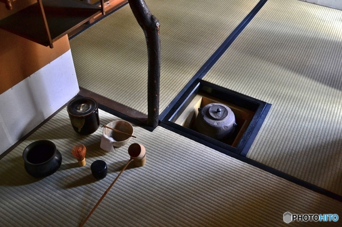 ・袱紗(ふくさ)…お点前をいただいたときや、茶器を清めるときに拭く布地。 ・建水(けんすい)…茶碗を清めた湯や水を入れるもので「こぼし」ともいう。 ・花入(はないれ)…茶室に花を活けるときに使う花器。 ・軸(じく)…床の間にかけて鑑賞するもの。茶会のテーマなどを掛ける場合が多い。 ・香合(こうごう)…香を入れるための器。 ・炭斗(すみとり)…湯を沸かすための炭を入れて席中に持ち出す入れ物。  茶道を始めるときに、全ての道具を持っている必要はありません。家で楽しむなら、茶碗と茶筅があれば美味しくいただけますよ。