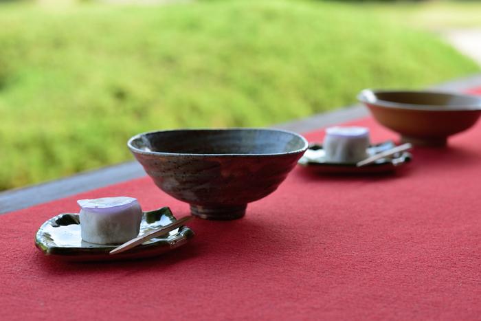 日本にお茶が伝わったのは平安時代。まだ味を楽しむものではなく、薬とされていました。鎌倉時代に栄西が大陸へ渡り、臨済宗と一緒に宋代のお茶を持ち帰りましたが、この時代もまだ薬として考えられていたようです。 東山文化が花開く室町時代になると、村田珠光が日本製の茶道具をも併せて使用する草庵茶の湯を考案し、 四畳半茶室を創りました。そこからさらに哲学的な考えや審美性を加えて、現代に継承される侘び茶道を大成したのが、戦国時代に生きた千利休です。