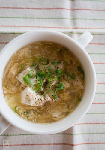 お豆腐がメインのヘルシースープはお夜食にもぴったりな一品。とろりとした食感がホッと落ち着く味わいです。生姜で体がポカポカに温まりますよ。