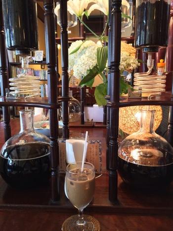 コーヒーは、店内中央にある水出し器で抽出しています。ポタポタとしたたり落ちる水滴を眺めながらゆっくり時間を味わうのも大人の贅沢。