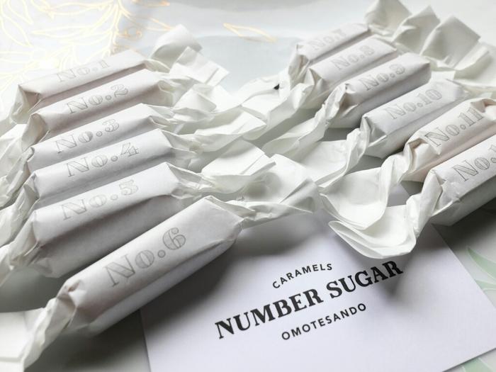 表参道にある手作りのキャラメル専門店「NUMBER SUGAR」。店名の通り、キャラメルには番号が印字されており、数字によってフレーバーが異なります。シンプルな包装なのにお洒落ですよね。 職人さんによって丁寧に作られるキャラメルは香料や着色料を一切使わない無添加なのも嬉しいポイントです。