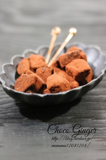 チョコレートと生姜も実はベストな組み合わせ。食パンをこんがり焼いてラスクに変身させたら、ジンジャーチョコに絡めて召し上がれ。