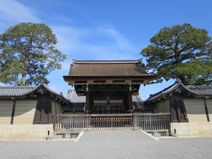 ちなみに、こちらが「建礼門」。10月に行われる「時代祭」のスタート地点でもあります。  「建礼門」は御所の正門とされ、国賓来訪や天皇陛下がお通りになる時にだけ門が開かれるのだそう。