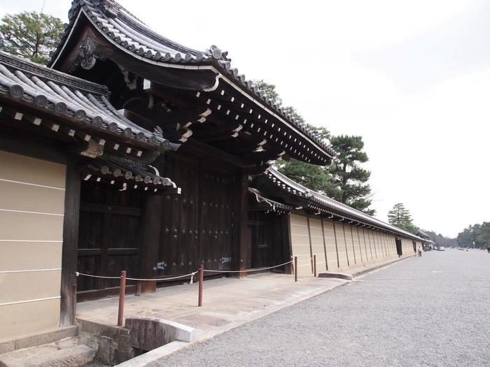 明治2年に明治天皇が東京遷幸されるまでの500年の間、ここ「京都御所」は歴代天皇陛下のすまわれる「皇居」でした。  豊臣秀吉・徳川の時代からは、御苑内に公家や宮家の屋敷が立ち並び、公家町を作っていたのだそう。 昭和22年からは、広く一般に開放されています。