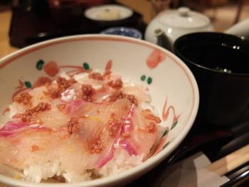 一番人気は、鯛の胡麻味噌丼です。鯛のお刺身がたっぷりとのった丼で、途中からはお茶漬けにしていただけるんです。