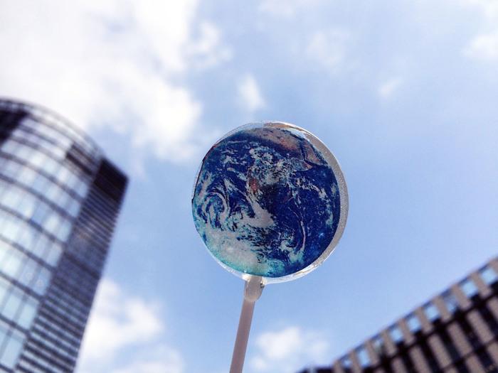 「アースキャンディー」は地球の地軸の傾き「23.4度」に合わせて作ってあるので、食べるときに「23.4度」傾けて食べるのがおすすめ。