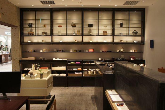 """暮らしを豊かにしてくれる工芸や道具のお店として人気の中川政七商店グループが新しく展開する「茶論」。「まずは茶道がどんなものなのかを体験してみたい」という人におすすめのスポットです。 「単に""""飲む""""という行為を越え、人をもてなす場でもある""""お茶""""は、相手を思いやる行為が自分自身も豊かにする」。そんなお茶の魅力を知る空間になることを願って生まれたお店なのだそう。敷居が高いと感じられている茶道を気軽に楽しめる「稽古」「喫茶」「見世」の3つの場を提案しています。今回は、お買い物の合間や仕事帰りなどにも立ち寄りやすい日本橋店をご紹介しますね。"""