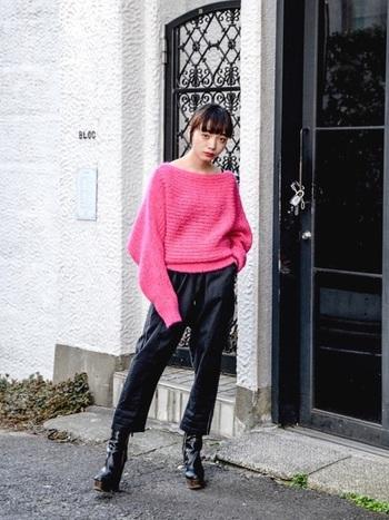 ふんわり柔らかな鮮やかピンクのゆったりニットも、その他のアイテムを黒で引き締めることで、甘さを抑えたクールなスタイルに仕上がります。