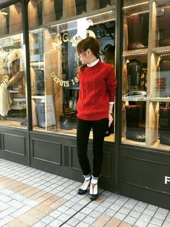 ビビッドカラーでも赤×黒の組み合わせは、落ち着いた上品さを醸し出してくれます。インナーに白シャツ、足元に白ソックスを覗かせて、ほんのりトラッドテイストにまとめています。