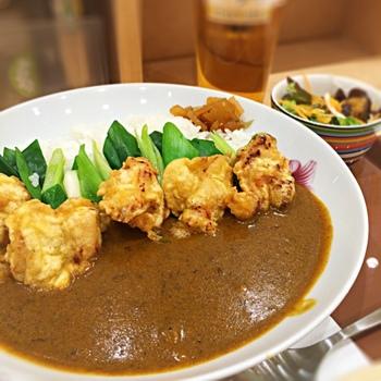 ボリュームたっぷりでスパイスが効いたカレーは、大満足できること間違いなし。お好みでスパイスを追加することもできますよ。九条ネギや加茂なす、湯葉など京都ならではの食材が使われています。
