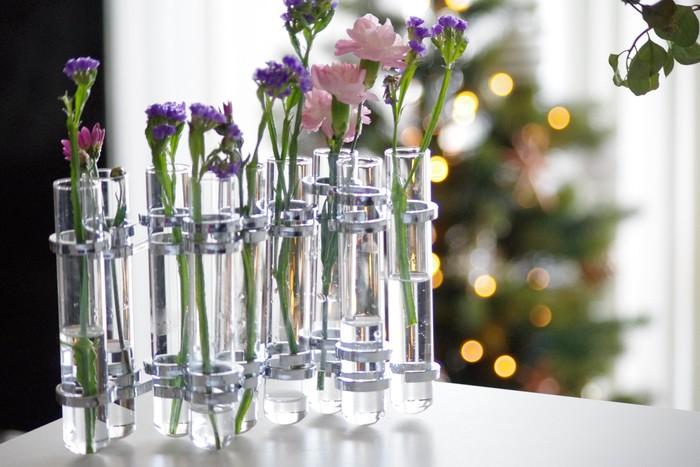 プチブーケを、あえて1本ずつバラして、試験管型の花瓶に。相性のいい色味や花の大きさが整っているので、無造作に挿すだけでバランスよく見えそう。