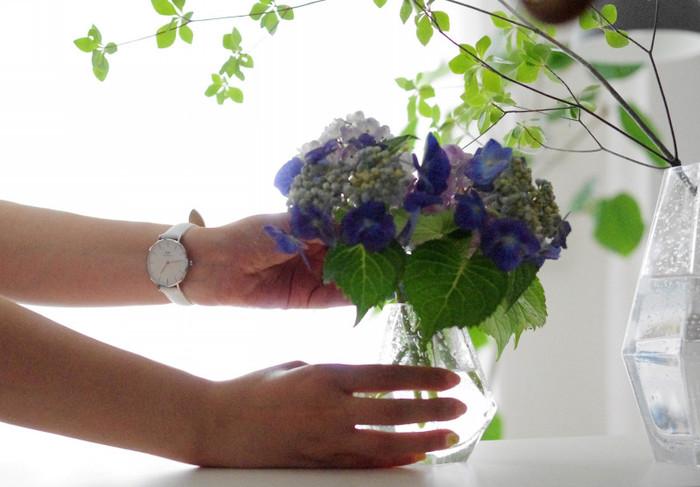 素敵なブロガーさんのアイデアを参考に、日常に花や緑を取り入れるコツ、さまざまな飾り方のスタイルや、おすすめの道具などをお伝えしました。自分のために飾る花やグリーンは、難しく考えなくても「好き」「かわいい」という気分や直感で選んでOK。この週末は、自分へのごほうびに、小さなブーケを飾ることから始めてみてはいかがでしょうか?