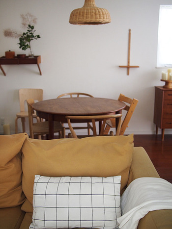 木のインテリアは色が多少違っても、お部屋全体を包む暖かな雰囲気がとてもよくマッチしますね。棚に小物を飾らなくとも、ただそこにあるだけで、おしゃれな空間がうまれます。