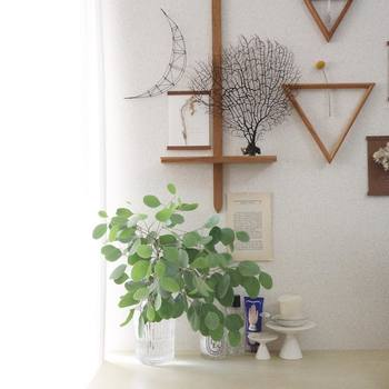 さまざまな小物や飾りと一緒に並べても、すっきりとして違和感がありません。私たちの暮らしによく馴染む木を使っているからですね。
