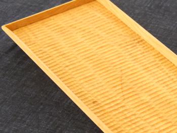 細長い線が木立のように並んだ、『長方平皿(やまざくら こだち)』。すっきりとした印象で、和洋どちらのお皿としても使えます。