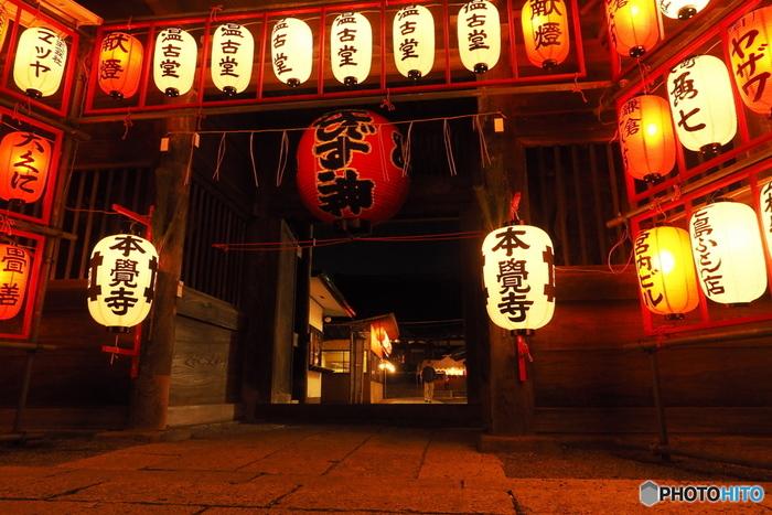 鎌倉駅東口から徒歩で約3分の場所にある「本覚寺」。1436年に創建された由緒あるお寺で、七福神の夷尊神(えびすそんじん)が祀られています。地元の方々に親しまれている雰囲気が滲み出ていて、ほっこりあたたかな気持ちになれるお寺です。