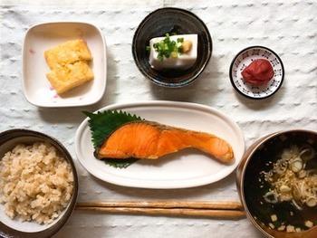 炭水化物、脂質、たんぱく質、ビタミン、無機質などの栄養素を考えると、朝ごはんの理想は、お魚、お野菜たっぷりのお味噌汁、ごはんの組み合わせ。基本的に和食は、低カロリーでヘルシーなものが多いですし、栄養バランス的にも◎