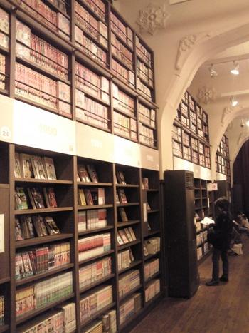 京都御所と二条城の中間あたりに位置するのが「京都国際マンガミュージアム」。  レトロな漫画・珍しい漫画も網羅されており、漫画の博物館のような存在です。  絶版になっていて手に入らない漫画も、ここに行けばあるかも!? 本を探したい時は、「検索機」で検索を。