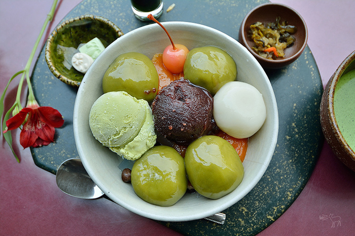 ツヤツヤとした大きな白玉・抹茶白玉は大きくて食べ応え十分!もちもち感と絶妙な柔らかさは並んででも食べたい一品です。
