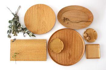 高塚さんの食器には「はちのす」と「こだち」と呼ばれる2種類の彫り方がされています。どちらも手作業で彫られているので自然な風合いを感じることができ、一枚一枚が違った表情を見せてくれます。