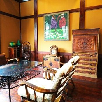 北鎌倉駅から徒歩約4分、アンティークなインテリアが並ぶオシャレなカフェ「狸穴 Cafe」。