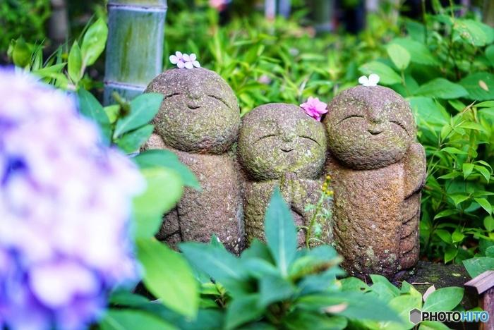 江ノ島電鉄長谷駅から徒歩約4分。紫陽花など季節ごとの花が楽しめることで有名な花の寺「長谷寺」。にっこり笑ったお地蔵さんたちに見守られながら参道を進むのは心から癒されるひとときです。