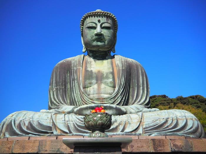 言わずと知れた鎌倉の名所・鎌倉大仏が鎮座する「高徳院」は江ノ島電鉄長谷駅から徒歩8分の場所にあります。常に観光客で賑わい混雑している印象ですが、初めて鎌倉を訪れる方にはやはり足を運んでいただきたい場所です。