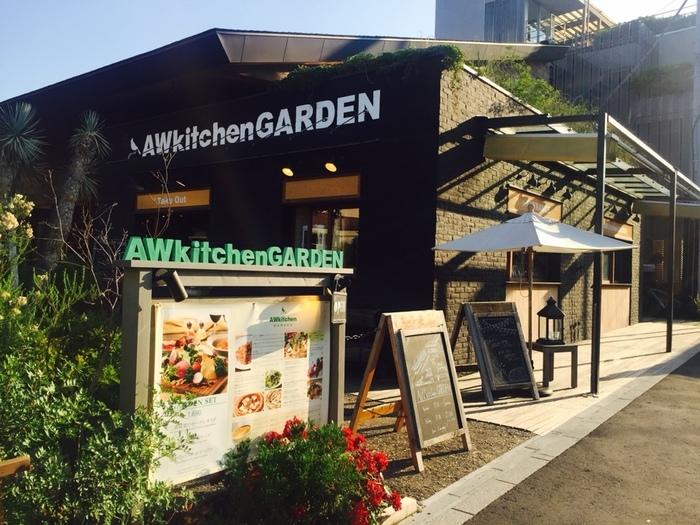地元の食材をたっぷりと使ったイタリアンが食べられるこちらのお店は鎌倉駅西口から徒歩約5分。テラスからは江ノ電が走るのを眺めることもできます。