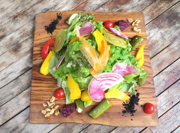 三浦野菜をふんだんに使ったサラダは見た目も鮮やかで食べちゃうのがもったいないぐらいの美しさ!ヘルシーで栄養満点、インスタ映え間違いなしのビジュアル。女性に大人気なのもうなずけるお店です。