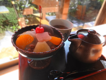 鎌倉らしい雰囲気の甘味処で江ノ電を眺めながらあんみつをいただく。ほっこり優しい時間が楽しめる場所です。