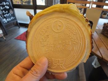 雲仙の街を散策する際のお供に、手焼きの「湯せんぺい」はいかがですか?出来立ての美味しさは格別です!