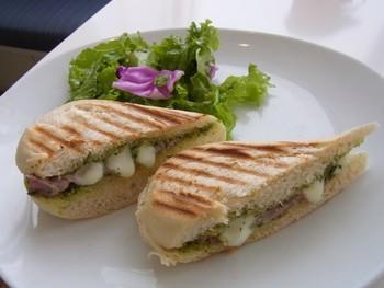 『生ハムとモッツァレラチーズのパニーニ』は、厚めのパンをこんがりと焼いたボリュームたっぷりの一皿。食べ応えのある具材が、お腹も心も満たしてくれますね♪