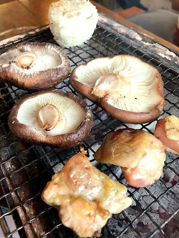 シンプルな網焼きで、仕上げにぱらりとお塩をかけていただけば、ジューシーで旨みがたっぷり。お肉やごはんも注文できるので、しいたけ狩りのあとのランチにもおすすめです。