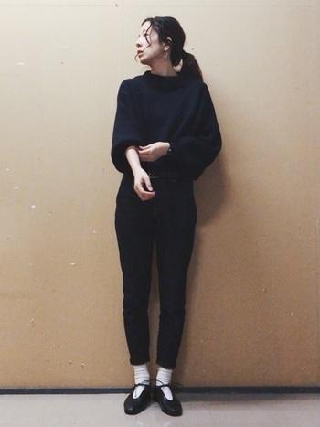 """すっきりとした印象にまとまる""""ブラック""""は、ワントーンコーデの定番カラー。デザイン性のある、バルーンスリーブトップスは、地味になりがちなブラックコーデに変化をつけてくれる強い味方。白のソックスでこなれ感を出して、ヘルシーな装いに。"""