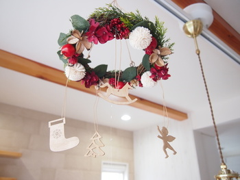 クリスマスモチーフのオーナメントがついたリースは、吊るすだけでクリスマスモード満点!ゆらゆらと揺れるオーナメントが幻想的です。子供部屋に飾ってみてはいかがでしょうか。