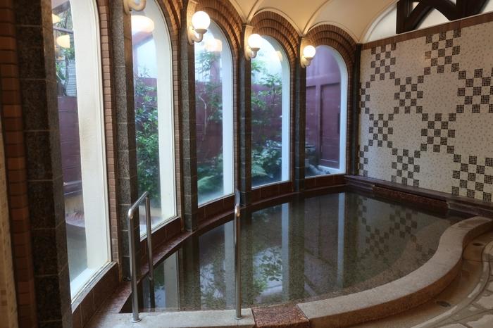 「雲仙観光ホテル」の硫黄泉浴室は、ドーム型の天井などどこかレトロな雰囲気。宿泊・食事利用の方のみ温泉に入ることができます。いつものとはちょっと違った洋風な雰囲気の温泉も新鮮ですね。