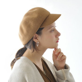 コロンとした丸みが可愛いウールのキャスケット。ファー素材のアウターとも相性が良いので、見た目にも暖かな印象です。