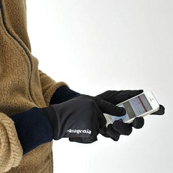 スマホ対応の手袋なら、そのままスマホも使えるので煩わしさもありませんよ。