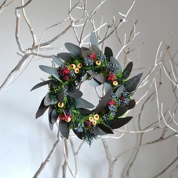 クリスマスのリースやスワッグを作る場合は、色選びも重要です。植物やリボンなどの材料の色次第で、雰囲気がガラリと変わってきます。テーマカラーを2~3色にしぼっておくとまとまりのあるデザインになります。