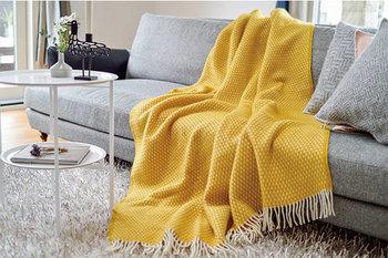 ソファーにおいて、すっぽりと包まってリラックスタイムを過ごすのも♪暖色カラーなら、見た目にも暖かな印象になります。