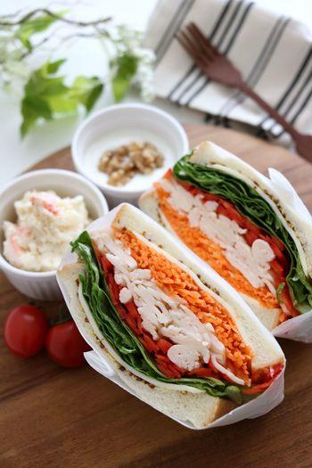 サラダチキンに比べてもさらに低カロリーだと話題なサラダフィッシュを挟んだサンドイッチ。野菜もたくさんで栄養的にもばっちり!